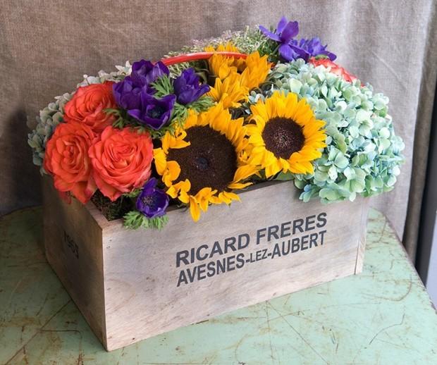 caja-de-madera-con-flores-de-temporada